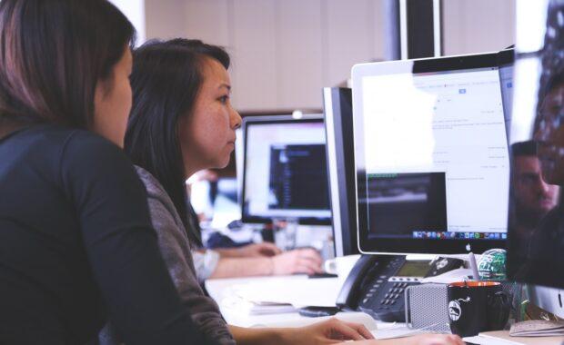 Vrouwen achter computer